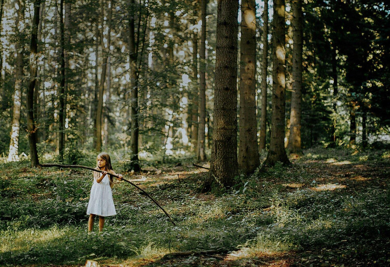 sesja rodzinna naturalna w lesie 01