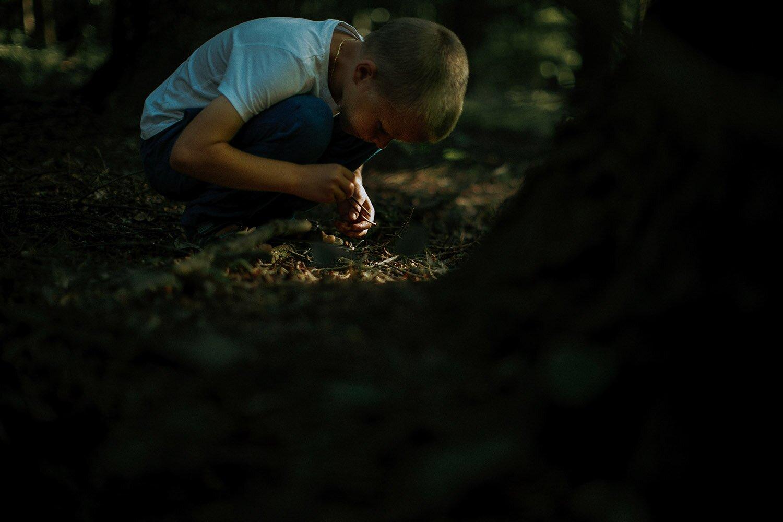 sesja rodzinna naturalna w lesie 03