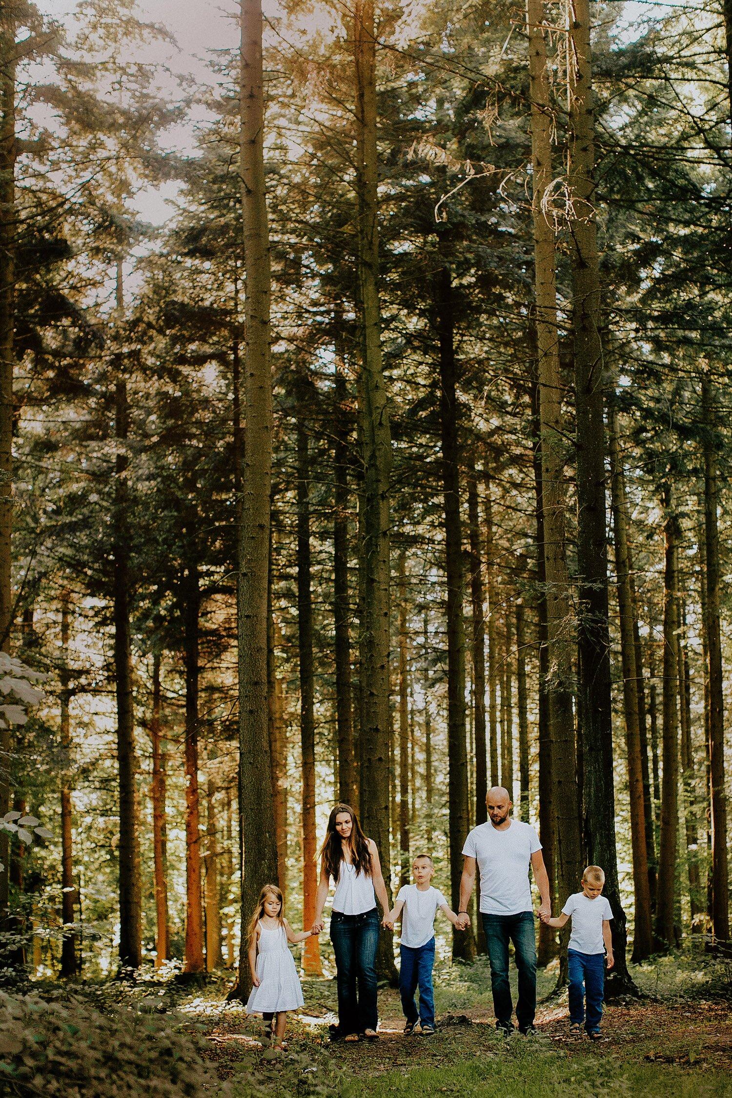 sesja rodzinna naturalna w lesie 19